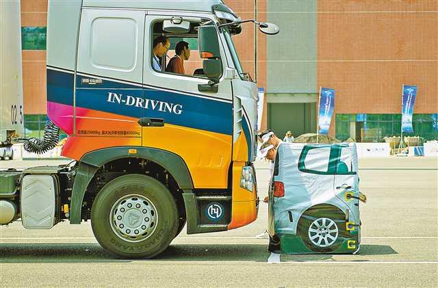 /enpproperty-->  8月18日,两江新区中国汽车工程研究院园区,i-VISTA自动驾驶汽车挑战赛上,工作人员正在测量重型卡车的比赛成绩。记者郑宇 摄 8月18日,首届i-VISTA自动驾驶汽车挑战赛的前两项AEB自动紧急制动系统挑战赛和APS自动泊车系统挑战赛,在两江新区中国汽车工程研究院园区开赛。来自长安汽车、吉利汽车、江淮汽车、北汽福田、华清智能科技、星行科技、中山大学、西北工业大学等企业、高校的20余支车队参赛。 在AEB自动紧急制动系统挑战赛中,车辆要分别以10-